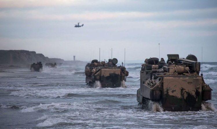 Os fuzileiros navais da Bravo Company conduzem veículos anfíbios de assalto AAV-P7 / A1 durante o treinamento de manutenção no acampamento base do Corpo de Fuzileiros Navais de Pendleton, Califórnia, 14 de julho de 2020.
