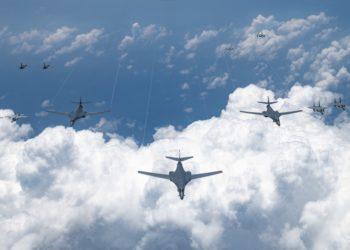 Os bombardeiros B-1 da Força Aérea dos EUA sobrevoam o Oceano Pacífico durante um exercício de treinamento de integração conjunta e bilateral em grande escala em 18 de agosto de 2020. Foto Peter Reft/USAF