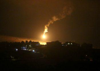 Bola de fogo no céu em foto tirada do vilarejo de Houla, perto da fronteira entre Líbano e Israel, no sul do Líbano 25/08/2020 REUTERS/Aziz Taher