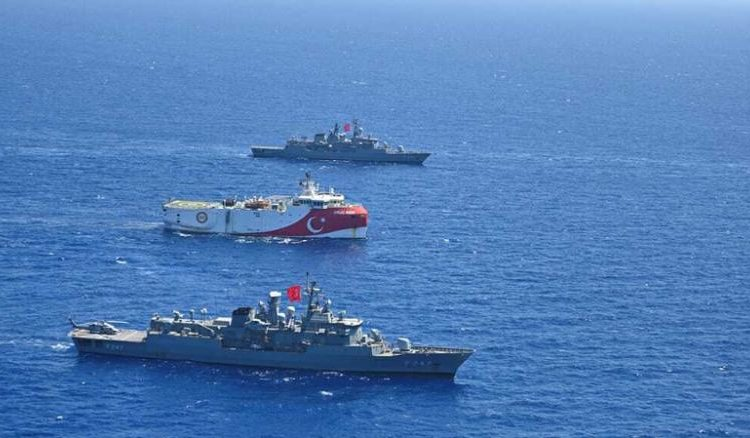 O navio OruÇ Reis de Urkey, escoltado pela marinha turca, no Mediterrâneo Oriental em 20 de agosto de 2020.