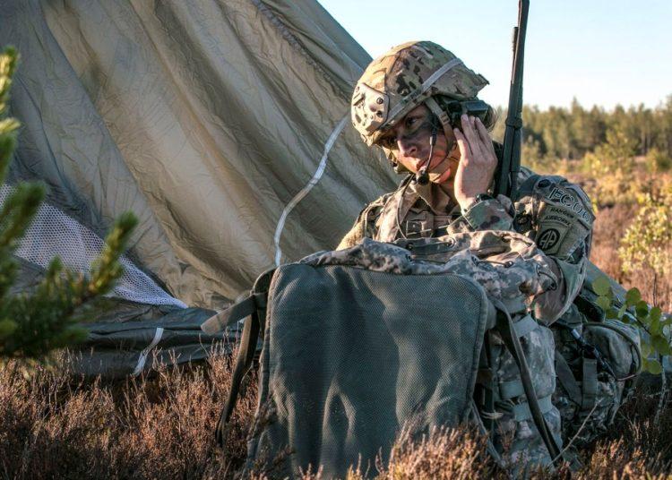 Em uma foto de 9 de junho de 2018, o capitão Shaye Haver, comandante da Companhia C., 1º Batalhão, 508º Regimento de Infantaria de Pára-quedistas, Equipe de Combate da 3ª Brigada, 82ª Divisão Aerotransportada, Fort Bragg, NC, realiza verificações de rádio na Base Adazi, Letônia, após saltar de paraquedas de um C-17 Globemaster III durante o Swift Response 18. Foto DUSTIN D. BIVEN / EXÉRCITO DOS EUA