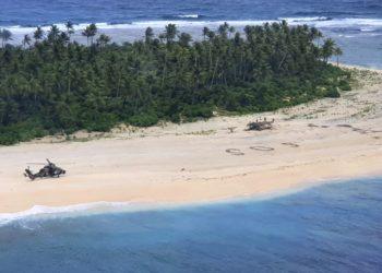 Um helicóptero do Exército Australiano pousa na Ilha Pikelot, na Micronésia no domingo, 2 de agosto de 2020, (Força de Defesa Australiana via AP)