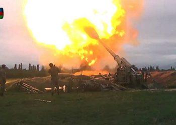 Membros das Forças Armadas do Azerbaijão realizam disparos durante confronto com a Armênia 28/09/2020 Ministério da Defesa do Azerbaijão/Handout via REUTERS