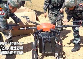 Um dos UAVs de seis rotores operados pelo Distrito Militar do Tibete do ELP sendo preparado para decolar. (CCTV)