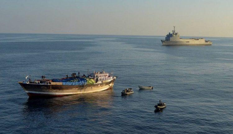 Foto de ação anti-pirataria onde o navio francês Siroco, atualmente NDM Bahia na Marinha do Brasil, patrulhava o Golfo da Guiné.