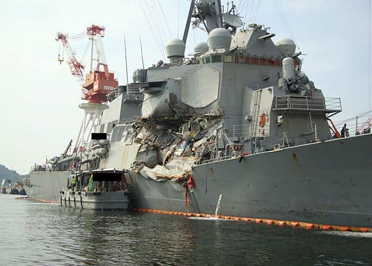 Foto sem data do cais do USS Fitzgerald (DDG-62) no Japão logo após o acidente. Foto da Marinha dos EUA