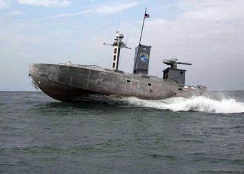 Um barco não tripulado de guerra expedicionária navega em um curso predeterminado durante um exercício de tecnologia naval avançada perto de Camp Lejeune-NC
