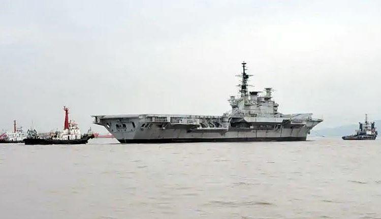 O ex-INS Viraat foi rebocado para o estaleiro de demolição de navios Alang, em Gujarat, do estaleiro em Mumbai no sábado. (Pratik Chorge / HT)