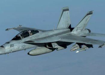 © FOTO / JAMES MERRIMAN -  Um caça F/A-18F Super Hornet da Marinha dos EUA em missão de apoio da Operação Resolução Inerente com um novo sensor infravermelho, 30 de setembro de 2020