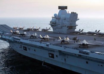 """F-35B do Esquadrão de Ataque 211 dos Fuzileiros Navais, """"The Wake Island Avengers"""" e o Esquadrão Lightning 617 do Reino Unido no porta-aviões HMS Queen Elizabeth Foto BELINDA ALKER / Royal Navy"""
