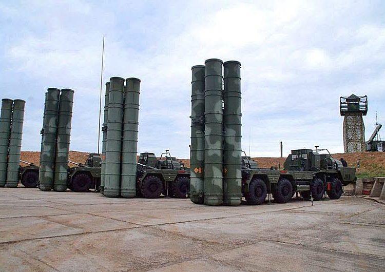 Lançadores de mísseis terra-ar S-400 russos em Sevastopol
