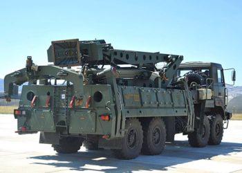 Um caminhão carregando peças dos sistemas de defesa aérea S-400 é visto no aeroporto militar Murted nos arredores de Ancara, Turquia, em 27 de agosto de 2019 - AP