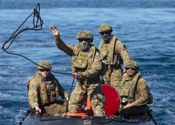 Membros da Australian Clearance Diving Team One retornam em um barco inflável Zodiac após uma busca bem-sucedida por munições não explodidas. SITTICHAI SAKONPOONPOL, RAN/AP