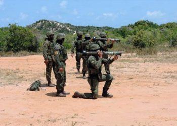 Fuzileiros Navais durante treinamento com Subcalibre AT-4