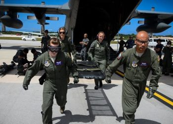Uma equipe de evacuação aeromédica das forças aéreas australianas e americanas corre para transferir pacientes com lesões simuladas durante o Exercício Cope North na Base Aérea de Andersen em Guam. A Força de Autodefesa Aérea Japonesa também participou do exercício. (Foto cortesia da Força Aérea dos EUA)