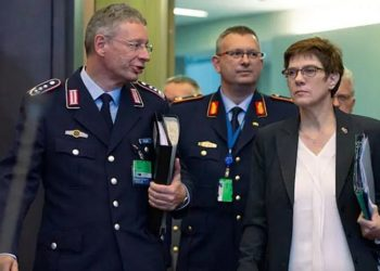 A ministra da Defesa alemã, Annegret Kramp Karrenbauer, à direita, chega para uma reunião dos ministros da defesa da OTAN na sede da OTAN em Bruxelas, Bélgica. Foto Virginia Mayo, Associated Press
