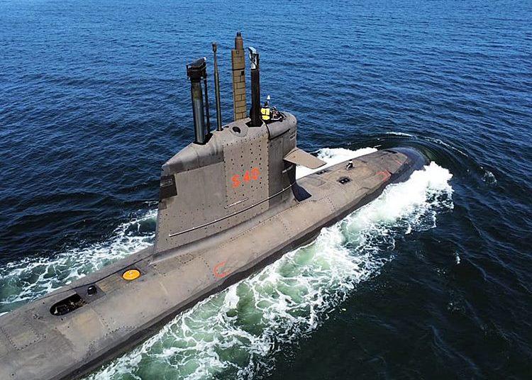 Na foto, o Submarino Riachuelo, primeiro da classe, deslizando em águas azuis!