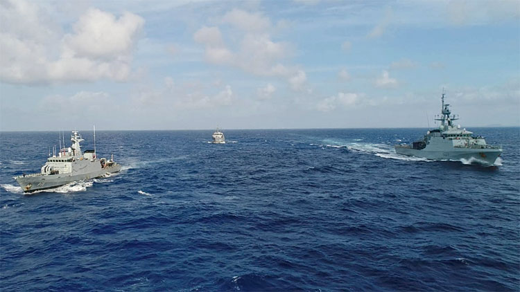 """Foram realizados exercícios de manobras táticas, encerrando com o """"HMS Medway"""" passando em continência ao NPa """"Macau"""" e NPa """"Bocaina"""""""