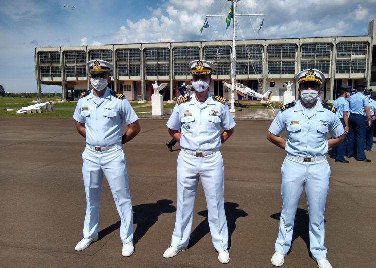 Comandante do CIAAN CMG Silva Velho com os Oficiais Alunos da MB após a cerimônia