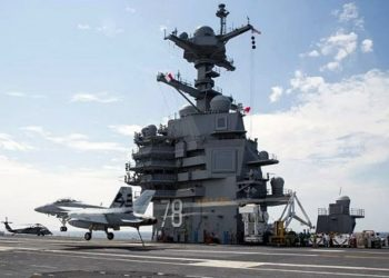 Caça F-18 Super Hornet durante pouso no USS Gerald R. Ford