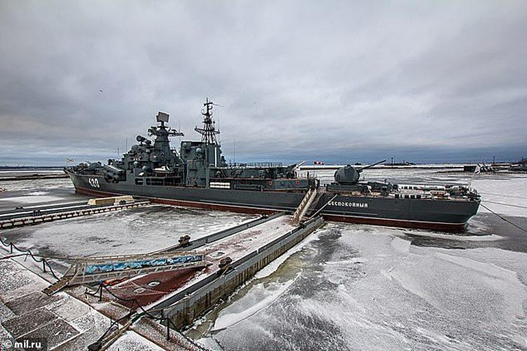 O Bespokoynyy agora funciona como um museu flutuante de história naval em uma ilha perto de São Petersburgo
