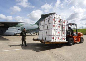 Vacina Coronavac embarcando no KC-390 - Foto Marcelo Vieira