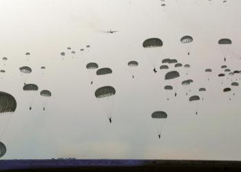 Infantaria aerotransportada do Irã participando de um exercício militar na região costeira de Makran, no sudeste do Irã. AFP/Exército Iraniano