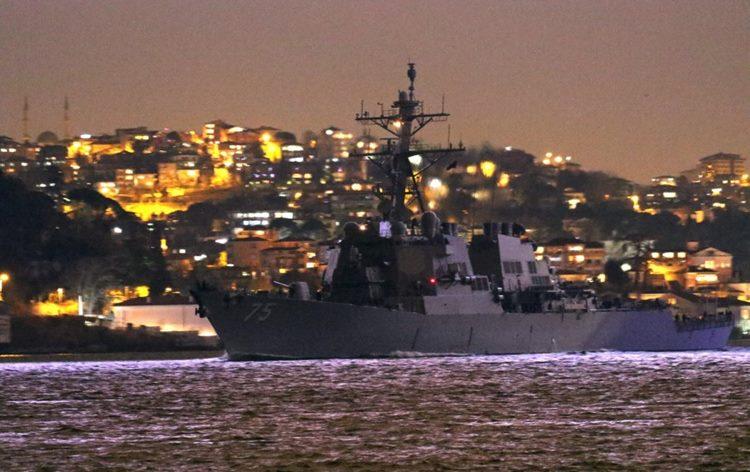 O USS Donald Cook entra no Mar Negro à noite, 23 de janeiro de 2021. A Marinha dos EUA tem três navios de guerra operando no Mar Negro desde quinta-feira, 28 de janeiro de 2021. Foto Yoruk Isik