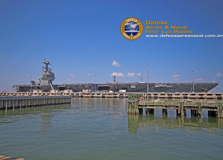 USS Gerald R. Ford na Base Naval de Norfolk.