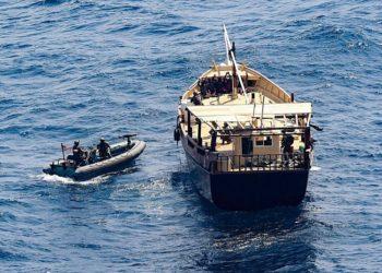 Equipe do USS Winston S. Churchill abordando o dhow