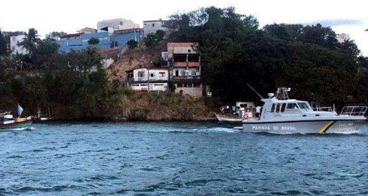 """LAEP-10 IB """"Curimatá""""  rebocando o barco de pesca"""