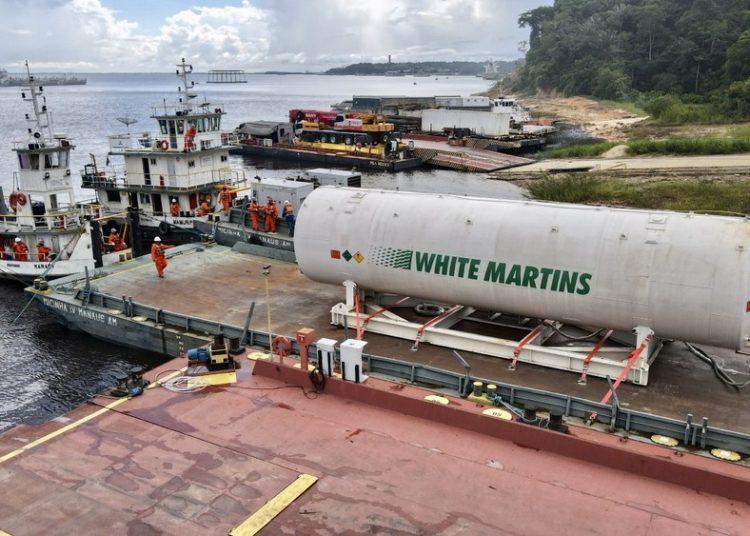 Balsa atracada com o cilindro carregado com oxigênio chega a Manaus - Foto: divulgação