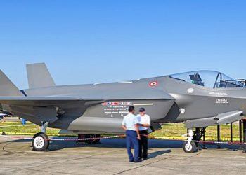 Esta foto de 2011 mostra uma maquete em escala real de um jato F-35 com as cores da Força Aérea Turca em Izmir, Turquia.