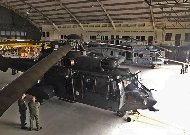 Helicóptero HM-4 Jaguar, do Exército, no hangar do Esquadrão HU-41