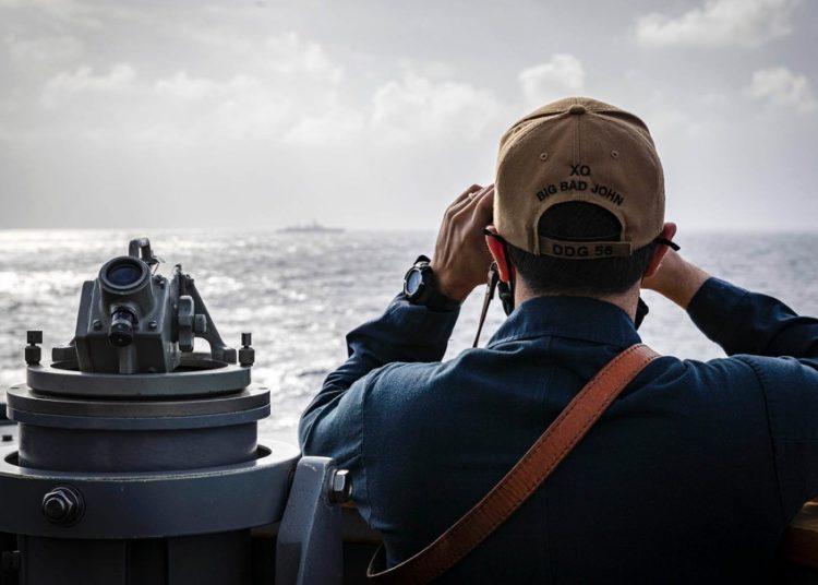Comandante do USS John S. McCain,, Joseph Gunta, observa um contato de superfície enquanto o destróier navega perto das Ilhas Paracel no Mar da China Meridional, sexta-feira, 5 de fevereiro de 2021. Markus Castaneda