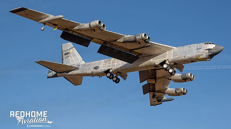 B-52 Wise Guy em voo após restauração