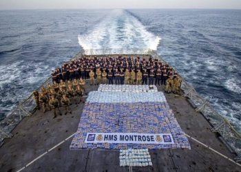 Tripulação do HMS Montrose com mais de 6.200 libras de narcóticos apreendidos de um navio no Mar da Arábia, 12 de março de 2021 (Foto: AET Josh Edwards RN)