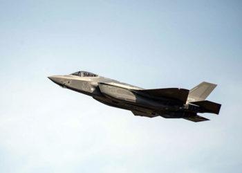 Um F-35A da Força de Autodefesa Aérea do Japão voa sobre a Base Aérea de Misawa, Japão, Foto Brittany Chase