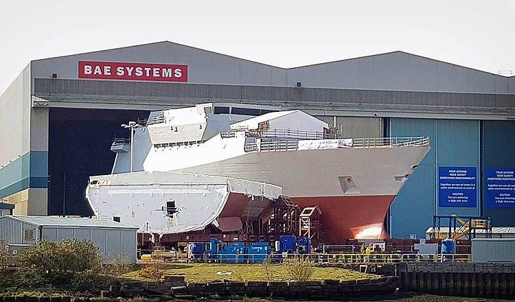 Seção dianteira do HMS Glasgow - (Uma seção do casco do HMS Cardiff em primeiro plano)