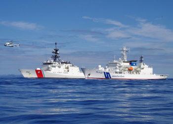 Em fevereiro de 2021, o USCGC Kimball e o navio da GC do Japão, Akitsushima operam perto das Ilhas Ogasawara, no Japão, com helicópteros e veículos aéreos não tripulados praticando a interdição de embarcações estrangeiras que operam ilegalmente em águas japonesas. Foto: USCG