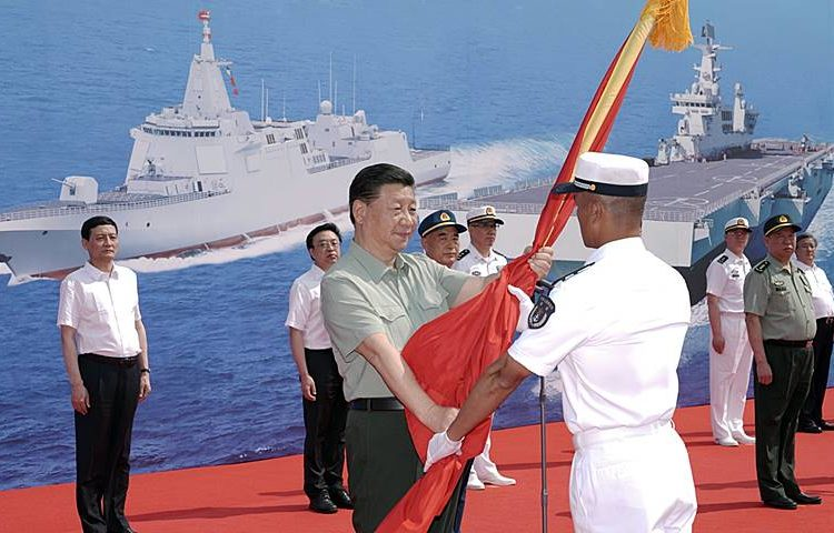 Presidente chinês, Xi Jinping recebendo a banmdeira da Marinha da China (PLA Navy), durante a cerimônia