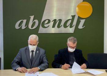 O diretor técnico da ABIMDE, coronel Armando Lemos (à esq), assina o documento ao lado do diretor da Abendi, João Conte.
