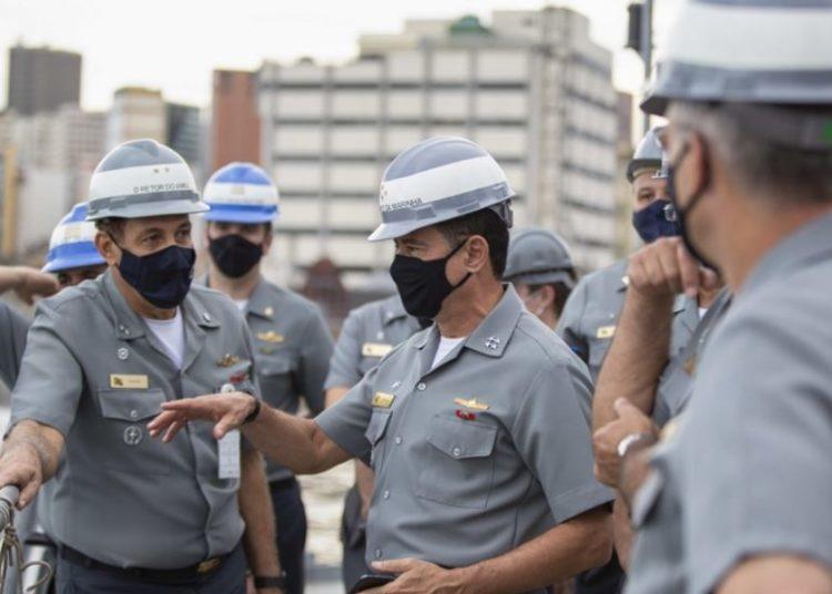 Comandante da Marinha em vista ao  Arsenal de Marinha do Rio de Janeiro