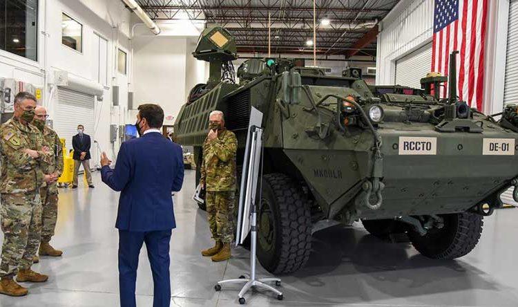 O general Joseph Martin, e o primeiro protótipo da nova arma a laser do Exército, DE M-SHORAD, durante uma visita a Huntsville, Alabama. Foto C. Dickstein