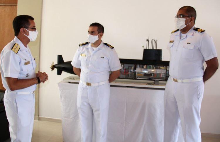 Almirante de Esquadra Almir Garnier Santos agradece  o empenho e a dedicação dos oficiais