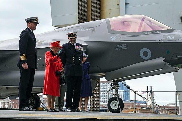 A Rainha Elizabeth II da Grã-Bretanha visita o HMS Queen Elizabeth antes do deployment inaugural do navio, em Portsmouth, Inglaterra, sábado, 22 de maio de 2021 Foto Steve Parsons