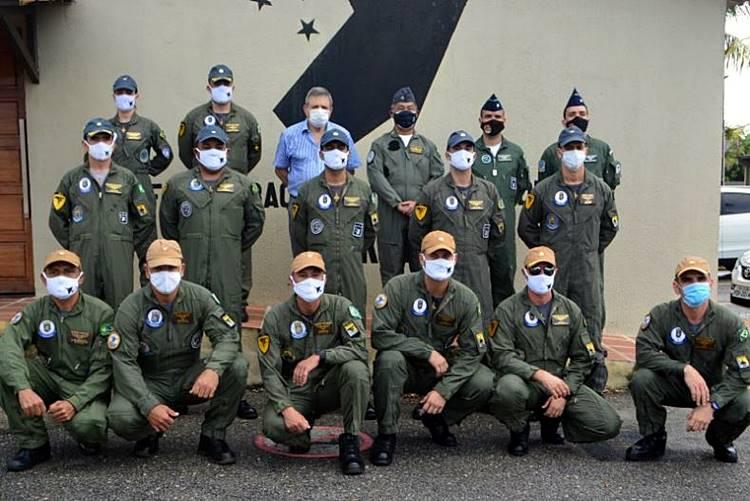 Comandante do 3º Distrito Naval e militares do EsqdVF-1  no Esquadrão Joker em Natal (RN)