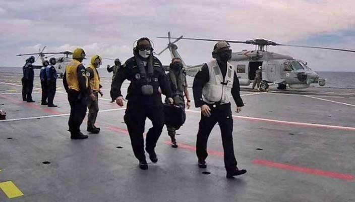 """Comandante em Chefe da Esquadra e Comandante da Força de Fuzileiros da Esquadra no convoo do NAM """"Atlântico"""""""