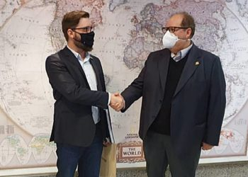 Na foto, Gallo (à esq.) com o vice-coordenador do Comitê da Indústria de Defesa e Segurança (Comdefesa), José Luiz Bozzetto. Crédito: FIERGS/Divulgação
