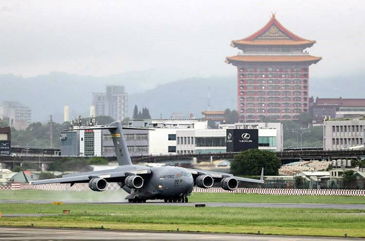 O cargueiro militar C-17 da Força Aérea dos EUA pousa no aeroporto de Taipei, no domingo (6) - Central News Agency - 6.jun.2021/via Reuters